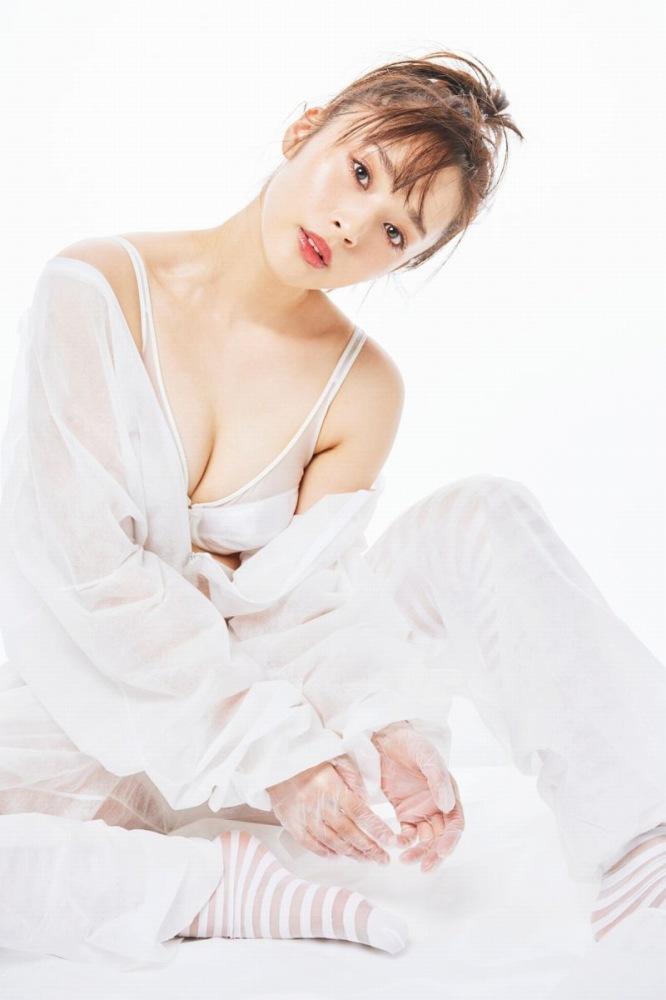 【神部美咲グラビア画像】手ぶらヌードまで披露した美人タレントのエロ写真 51
