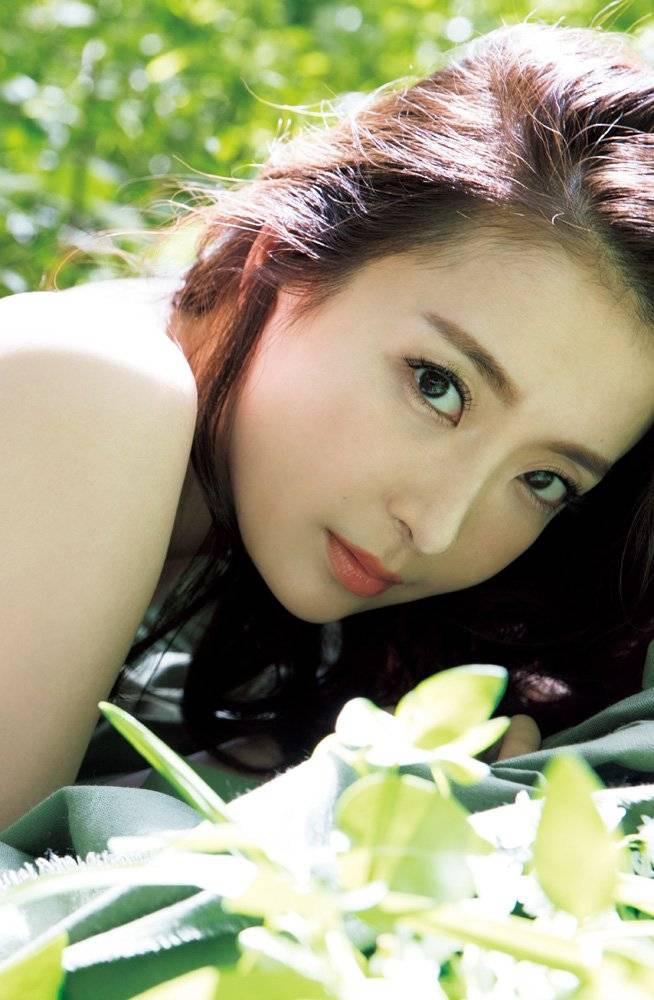 【竹内渉エロ画像】三十路を越えてファースト写真集を発売した美尻自慢の美女 12