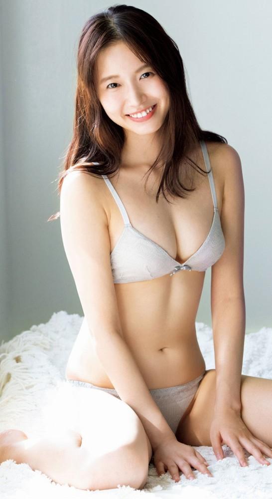 【志田音々グラビア画像】笑顔と谷間が眩しい現役女子大生グラドル! 15