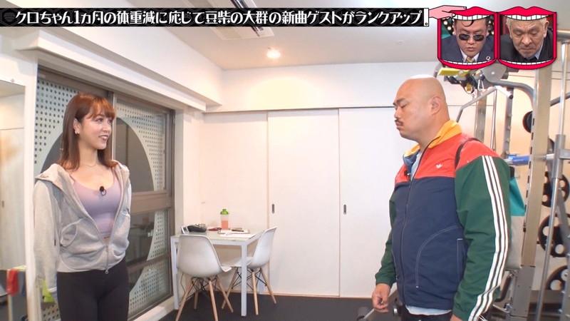 【お宝キャプ画像】テレビタレントが運動してる時に映った谷間! 05
