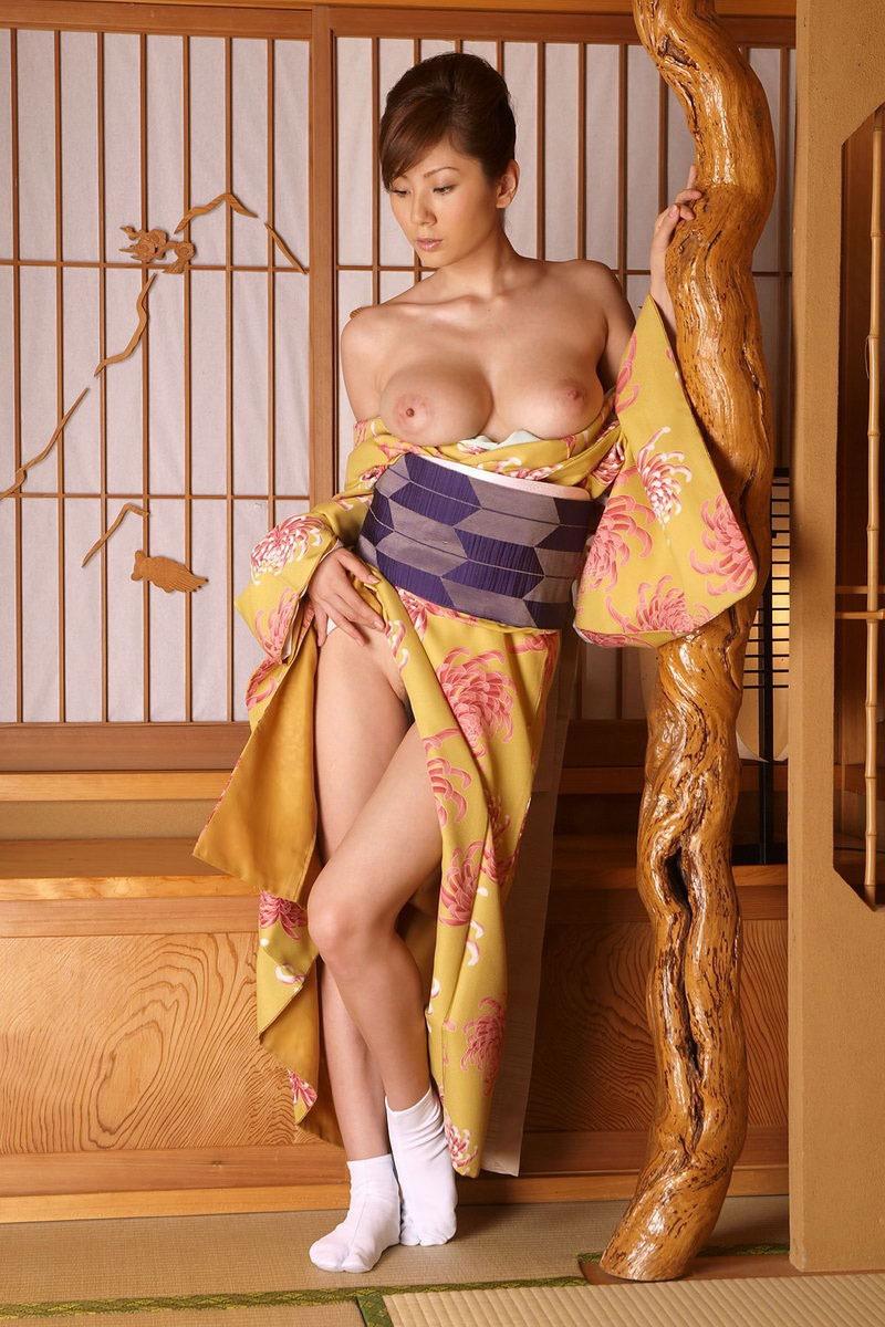 【着物着崩しエロ画像】色っぽく肩出しした画像から裸を曝け出してしまったエロ画像まで! 23
