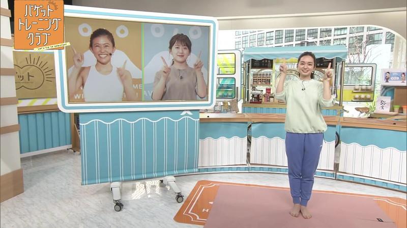 【女子アナキャプ画像】ストレッチでピタパン尻を見せてる後藤晴菜さんw 73