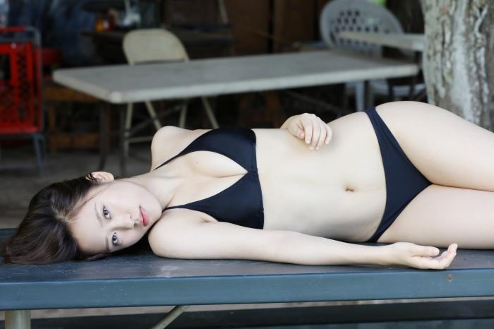 【小田さくらグラビア画像】現役モー娘。アイドルのカラフルなビキニ水着姿 42