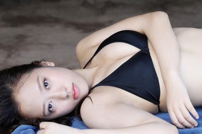 【小田さくらグラビア画像】現役モー娘。アイドルのカラフルなビキニ水着姿 44