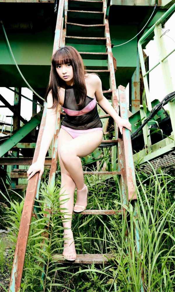 【小宮有紗グラビア画像】美脚で蹴られたい?スタイル抜群な水着姿がエロい戦隊ヒロイン 26