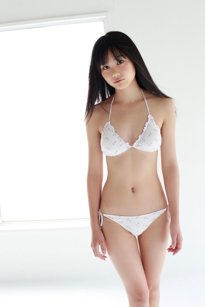【伊藤優衣グラビア画像】スレンダーボディに真っ赤なビキニがエロい! 85
