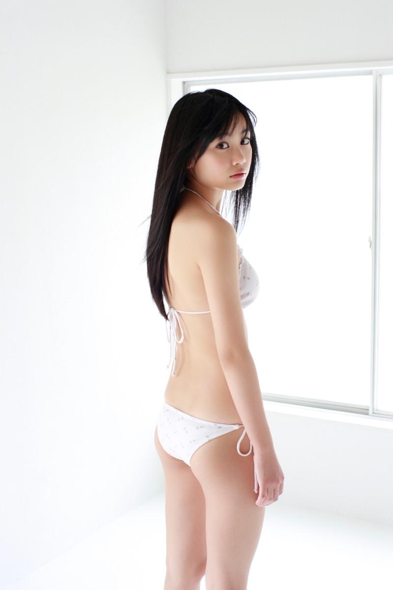 【伊藤優衣グラビア画像】スレンダーボディに真っ赤なビキニがエロい! 86