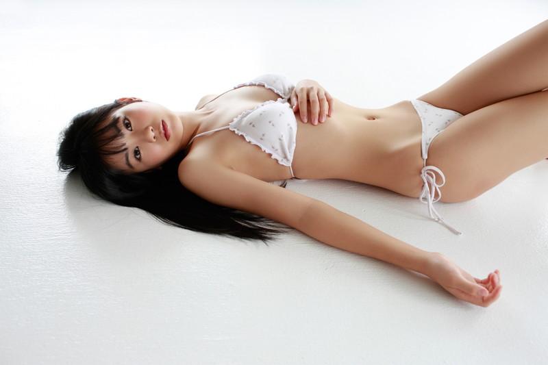 【伊藤優衣グラビア画像】スレンダーボディに真っ赤なビキニがエロい! 91