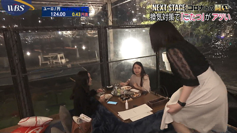 【女子アナキャプ画像】おっぱいを机に乗せたり谷間が見えちゃってるw 28