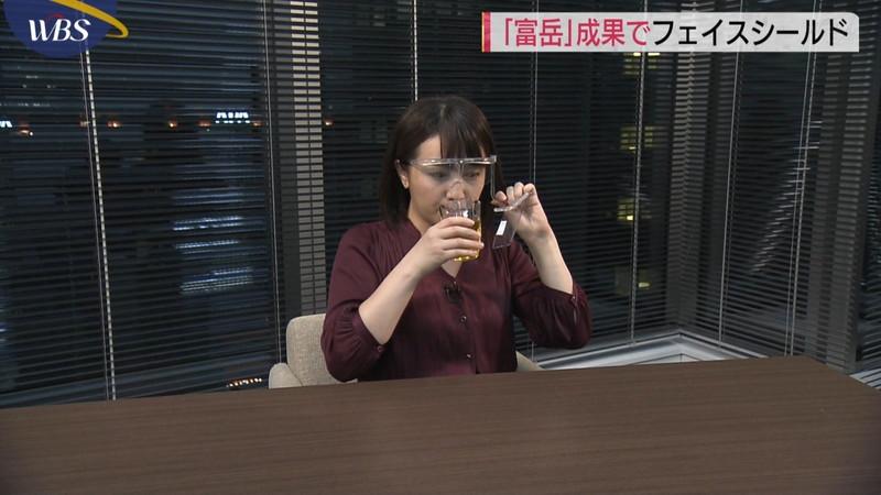 【女子アナキャプ画像】おっぱいを机に乗せたり谷間が見えちゃってるw 48
