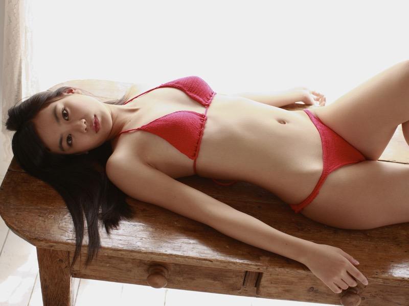 【赤水着を着た美女画像】新年からおめでたい感じの赤水着を着た美女エロ画像