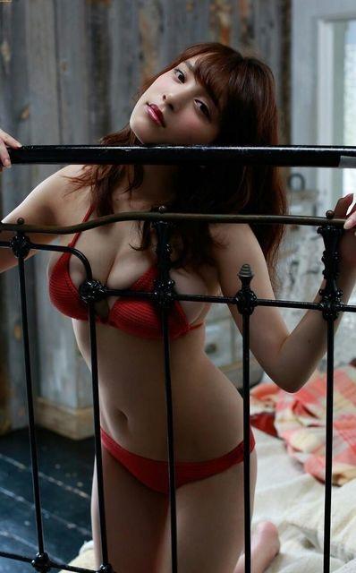 【赤水着を着た美女画像】新年からおめでたい感じの赤水着を着た美女エロ画像 39