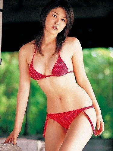 【赤水着を着た美女画像】新年からおめでたい感じの赤水着を着た美女エロ画像 51