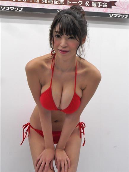 【赤水着を着た美女画像】新年からおめでたい感じの赤水着を着た美女エロ画像 65