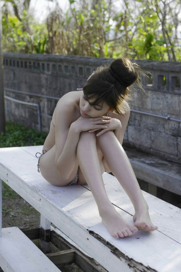 【岩﨑名美グラビア画像】スレンダー美脚ボディが綺麗なモグラ女子の水着姿 16
