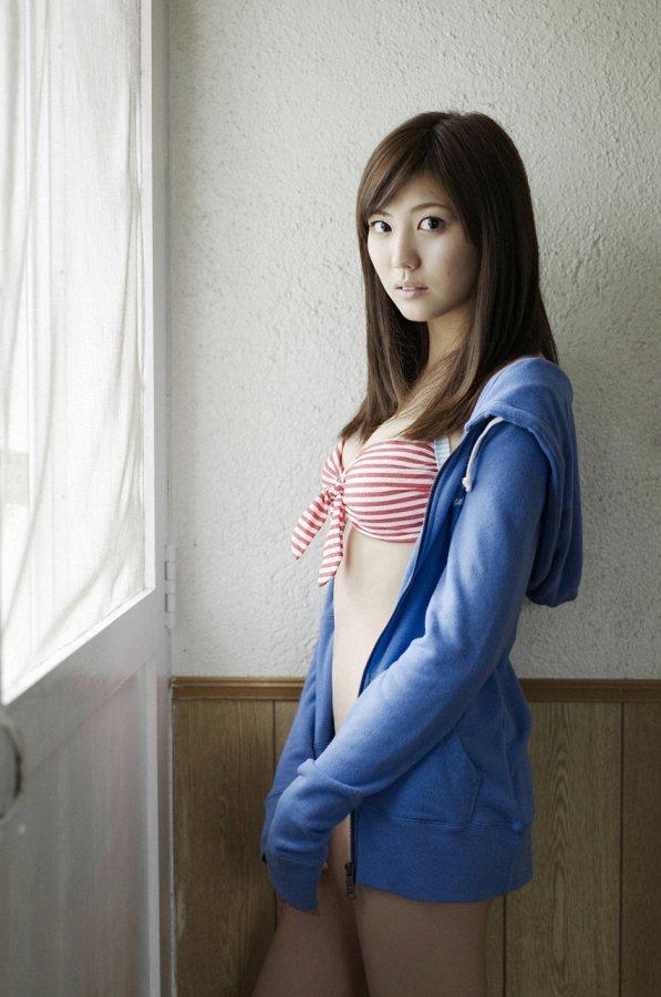 【岩﨑名美グラビア画像】スレンダー美脚ボディが綺麗なモグラ女子の水着姿 19