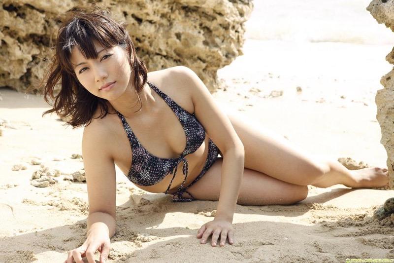 【甲斐まり恵グラビア画像】色気が滲み出ているセクシーな三十路女優のエロ画像 05