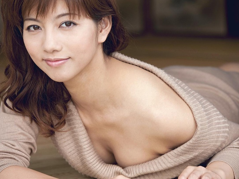 【甲斐まり恵グラビア画像】色気が滲み出ているセクシーな三十路女優のエロ画像 15