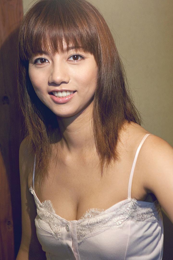 【甲斐まり恵グラビア画像】色気が滲み出ているセクシーな三十路女優のエロ画像 34