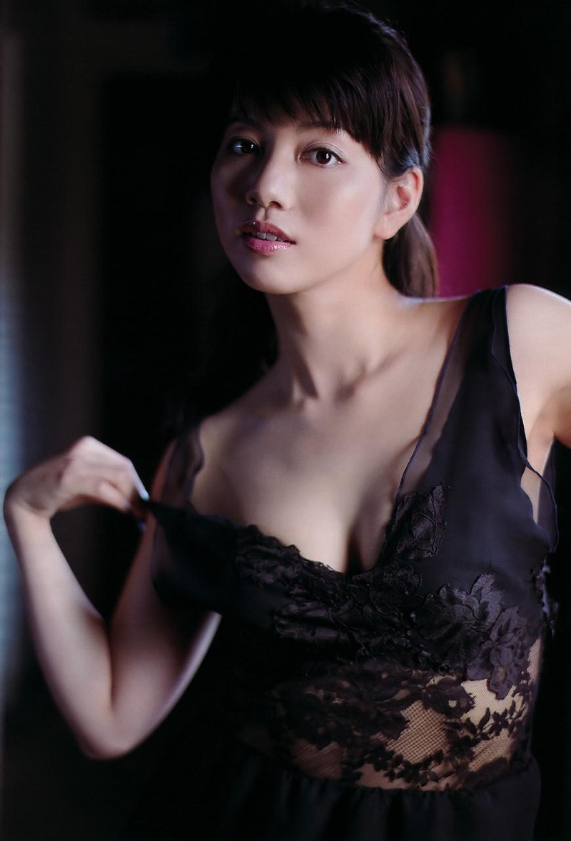 【甲斐まり恵グラビア画像】色気が滲み出ているセクシーな三十路女優のエロ画像 64