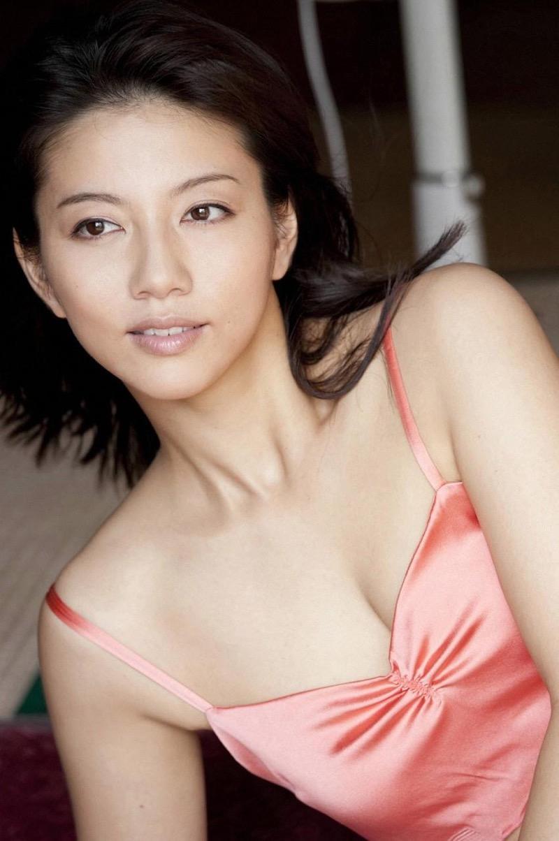 【甲斐まり恵グラビア画像】色気が滲み出ているセクシーな三十路女優のエロ画像 75