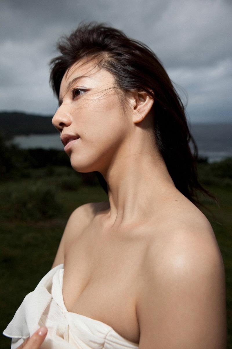 【甲斐まり恵グラビア画像】色気が滲み出ているセクシーな三十路女優のエロ画像 78