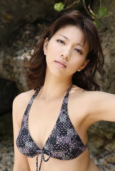 【甲斐まり恵グラビア画像】色気が滲み出ているセクシーな三十路女優のエロ画像 79