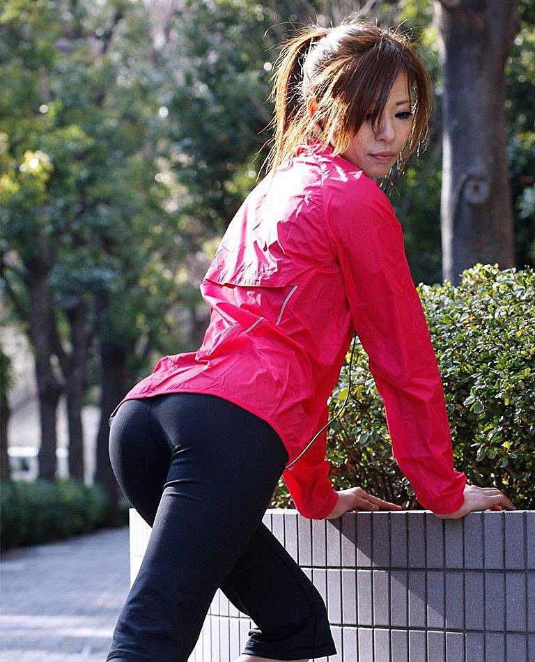 【着衣エロ画像】スパッツがお尻や股間にフィットしてマンスジまで判かっちゃう! 16