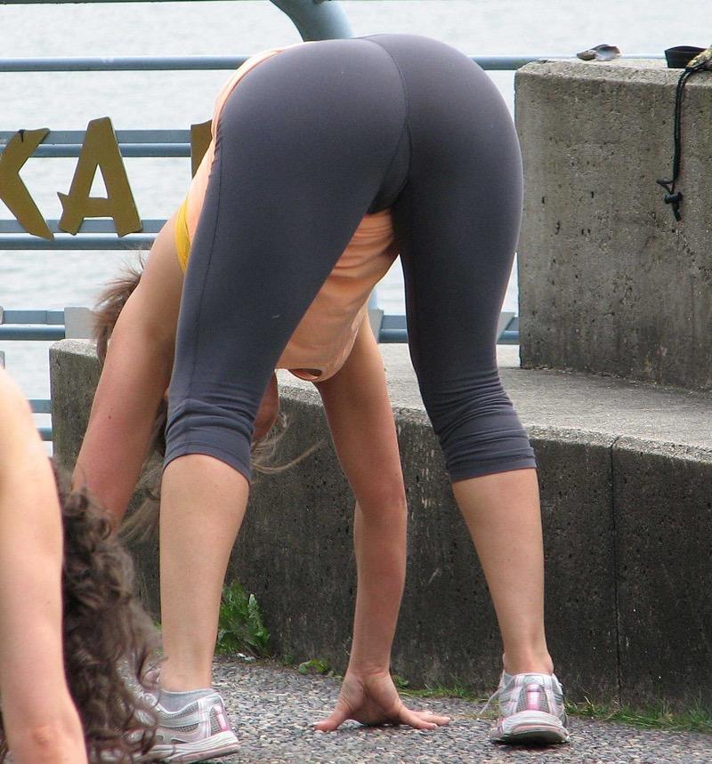 【着衣エロ画像】スパッツがお尻や股間にフィットしてマンスジまで判かっちゃう! 39