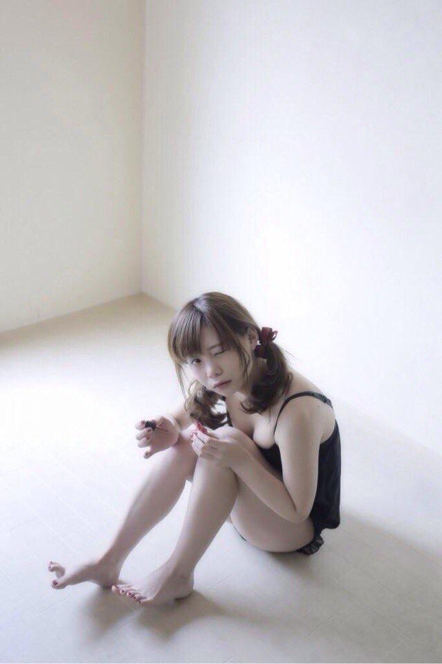 【真奈エロ画像】キュートな顔立ちにプリッとしたお尻がエロいロリカワグラドル 38