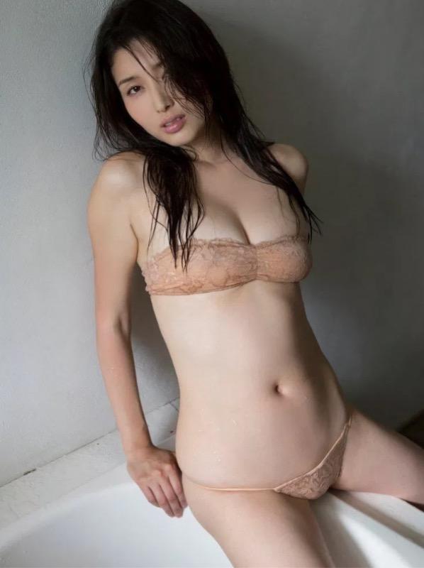 【30代グラドル美女画像】三十路のセクシーで艶めかしいグラビアアイドル美女画像 70