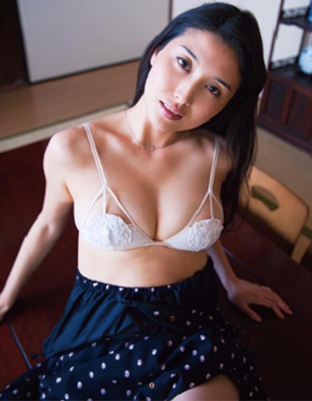 【30代グラドル美女画像】三十路のセクシーで艶めかしいグラビアアイドル美女画像 75