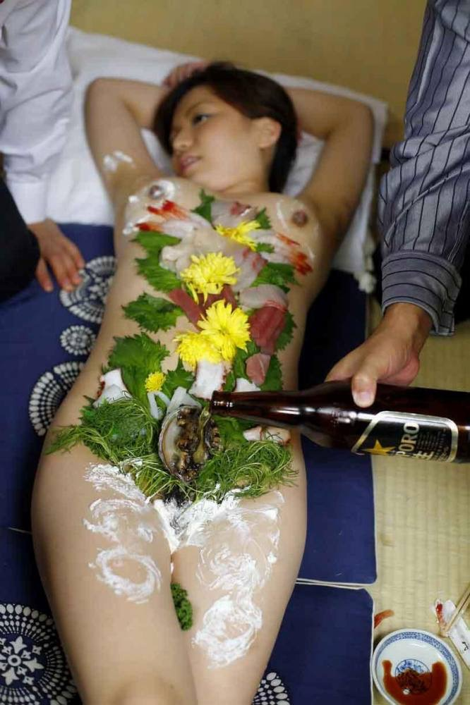 【女体盛りエロ画像】女性の身体を器に見立てて料理を乗せて楽しむ風俗遊び 04