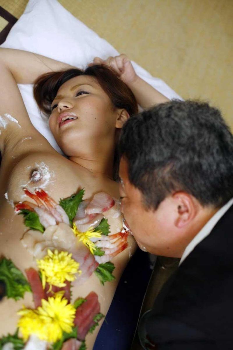 【女体盛りエロ画像】女性の身体を器に見立てて料理を乗せて楽しむ風俗遊び 06