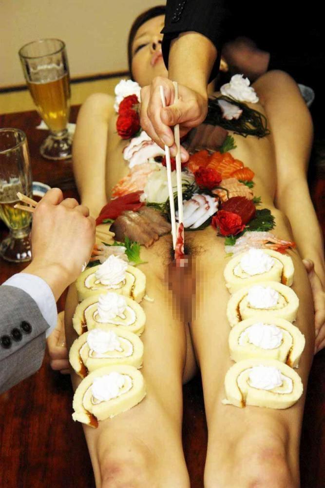 【女体盛りエロ画像】女性の身体を器に見立てて料理を乗せて楽しむ風俗遊び 07