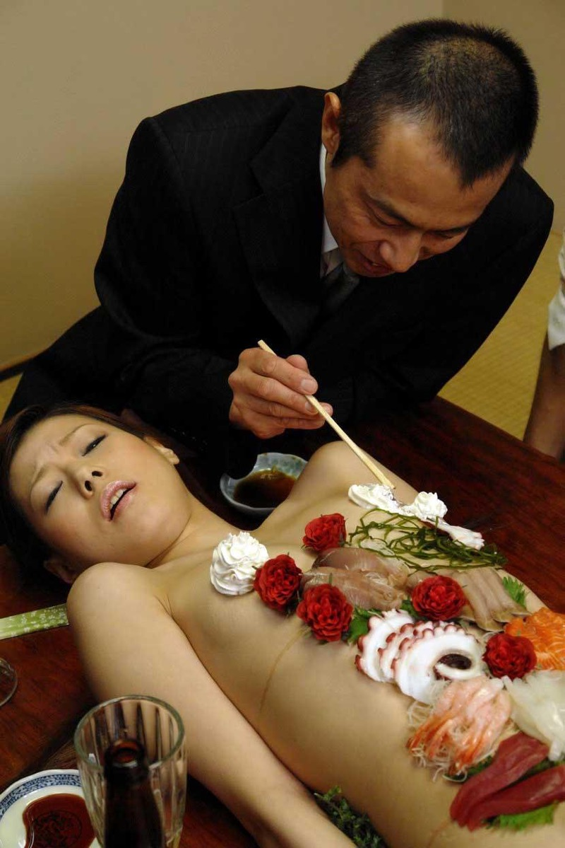 【女体盛りエロ画像】女性の身体を器に見立てて料理を乗せて楽しむ風俗遊び 08