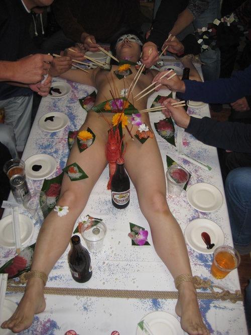 【女体盛りエロ画像】女性の身体を器に見立てて料理を乗せて楽しむ風俗遊び 13