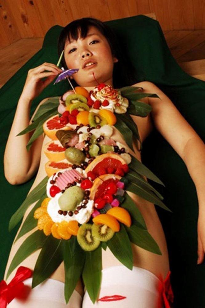 【女体盛りエロ画像】女性の身体を器に見立てて料理を乗せて楽しむ風俗遊び 14