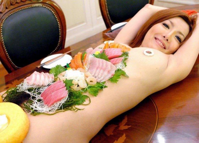 【女体盛りエロ画像】女性の身体を器に見立てて料理を乗せて楽しむ風俗遊び 20