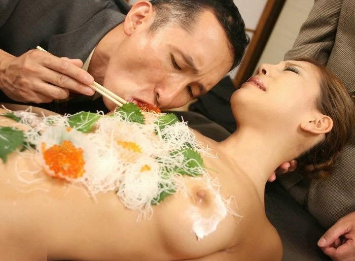 【女体盛りエロ画像】女性の身体を器に見立てて料理を乗せて楽しむ風俗遊び 21