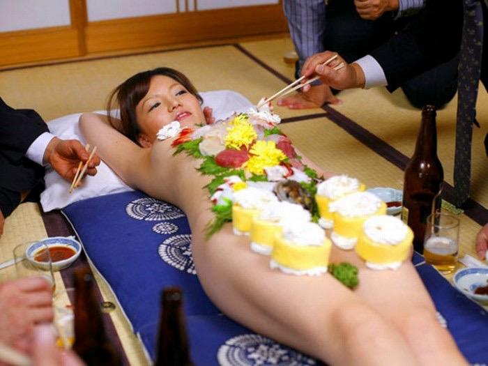 【女体盛りエロ画像】女性の身体を器に見立てて料理を乗せて楽しむ風俗遊び 23