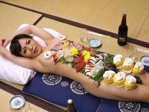 【女体盛りエロ画像】女性の身体を器に見立てて料理を乗せて楽しむ風俗遊び 24