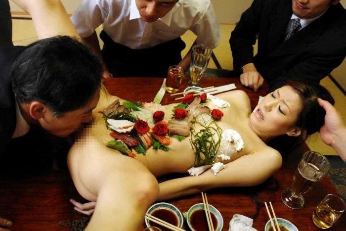 【女体盛りエロ画像】女性の身体を器に見立てて料理を乗せて楽しむ風俗遊び 30