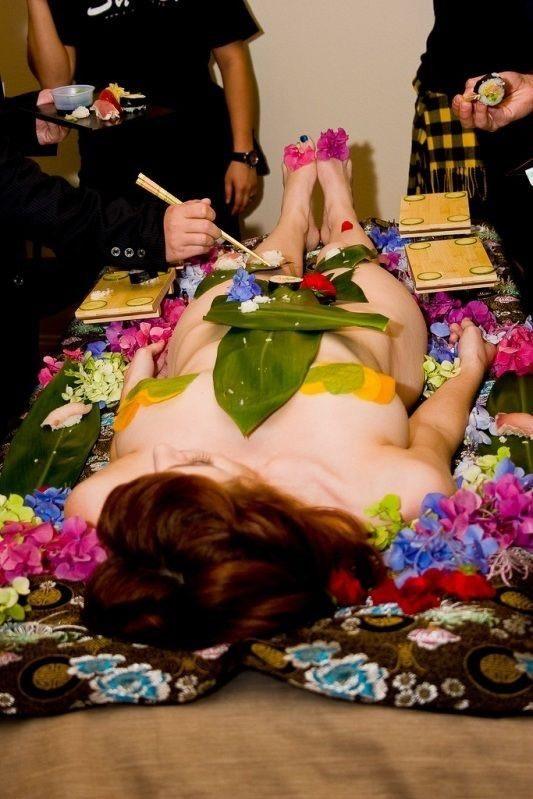 【女体盛りエロ画像】女性の身体を器に見立てて料理を乗せて楽しむ風俗遊び 42