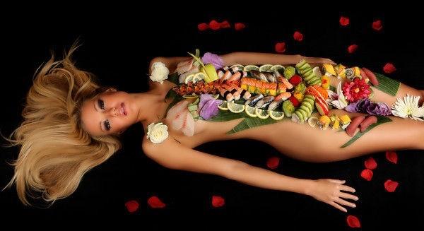 【女体盛りエロ画像】女性の身体を器に見立てて料理を乗せて楽しむ風俗遊び 56