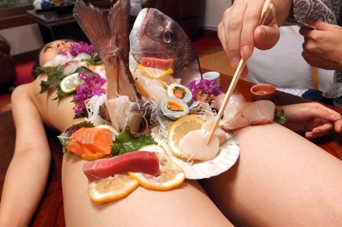 【女体盛りエロ画像】女性の身体を器に見立てて料理を乗せて楽しむ風俗遊び 62