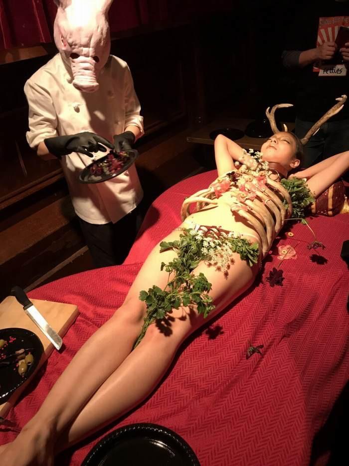 【女体盛りエロ画像】女性の身体を器に見立てて料理を乗せて楽しむ風俗遊び 66