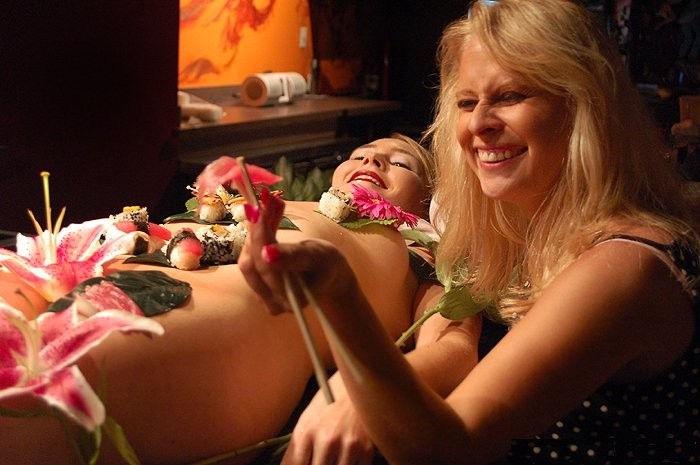 【女体盛りエロ画像】女性の身体を器に見立てて料理を乗せて楽しむ風俗遊び 69