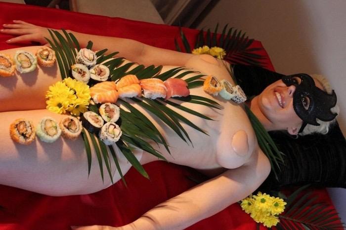 【女体盛りエロ画像】女性の身体を器に見立てて料理を乗せて楽しむ風俗遊び 71
