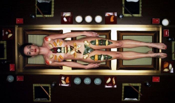【女体盛りエロ画像】女性の身体を器に見立てて料理を乗せて楽しむ風俗遊び 73
